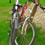 zwei Räder angelehnt an einen Pfosten