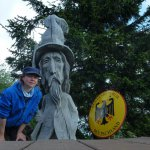 Judith Rasch, Holzmann mit Hut und Bart sowie der Bundesadler auf einem Wanderweg an der deutsch-tschechischen Grenze